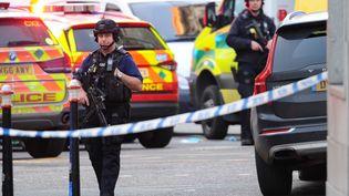 Des policiers près de London Bridge, à Londres, vendredi 29 novembre 2019. (DANIEL SORABJI / AFP)