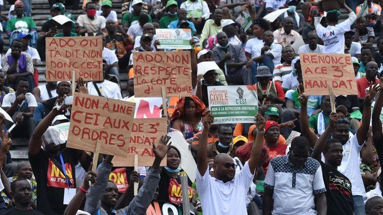 """Des partisans de l'opposition disent """"non"""" à un troisième mandat du président sortant Alassane Ouattara, lors d'un rassemblement, le 10 octobre 2020, au stade Félix Houphouët-Boigny à Abidjan, la capitale économique de la Côte d'Ivoire. (SIA KAMBOU / AFP)"""