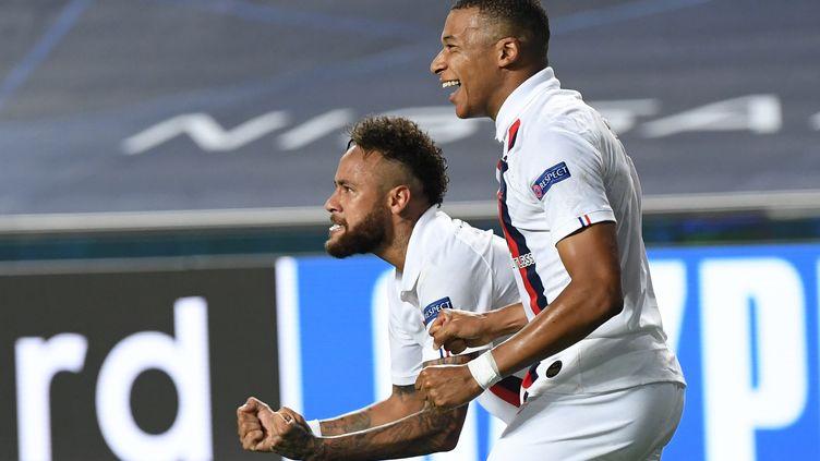 """Kylian Mbappe et Neymar exultent après le but de l'attaquant camerounais, Eric Maxim Choupo-Moting.""""On a un groupe formidable, on est une famille. Avec cet état d'esprit, c'est impossible de nous mettre hors de la compétition"""", a affirmé Neymar après le match. (DAVID RAMOS / POOL / AFP)"""