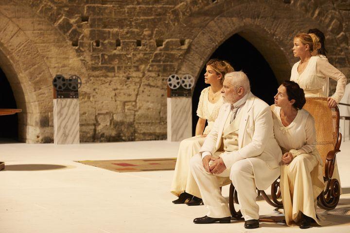 """Marie-Sophie Ferdane, Jacques Weber, Anne Brochet et Emmanuelle Béart dans """"Architecture"""" de Pascal Rambert au Festival d'Avignon. (CHRISTOPHE RAYNAUD DE LAGE / FESTIVAL D'AVIGNON)"""