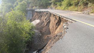 Une route dégradée par un séisme, dans la province du Sichuan, le 9 août 2017. (SANG JI / XINHUA / MAXPPP)