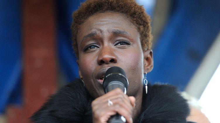 La militante Rokhaya Diallo lors d'une manifestation près du terminal de Calais (Pas-de-Calais), le 18 décembre 2014. (PHILIPPE HUGUEN / AFP)