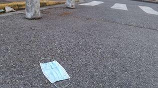 Un masque jeté dans la rue, à Toulon (Var) le 6 septembre 2020. Illustration. (SOPHIE GLOTIN / FRANCE BLEU PROVENCE / RADIO FRANCE)
