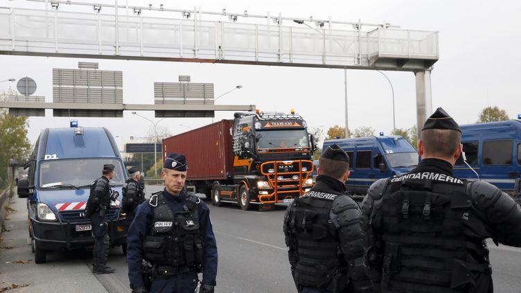 Des chauffeurs de poids lourds protestent contre l'écotaxe,près deRungis (Val-de-Marne), le 16 novembre 2013. (PATRICK KOVARIK / AFP)