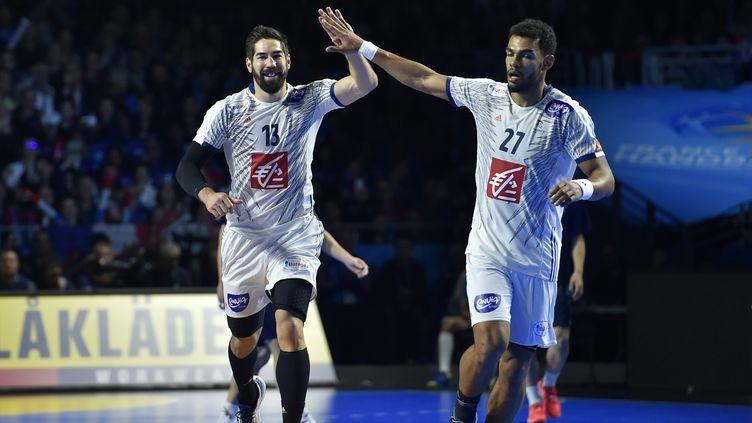 Les joueurs de handball de l'équipe de France Nikola Karabatic et Adrien Dipanda; le 13 janvier 2017 à Nantes (Loire-Atlantique). (LOIC VENANCE / AFP)