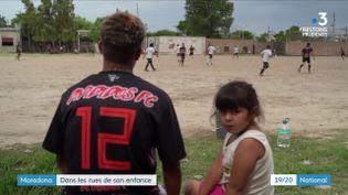 Dans la banlieue de Fiorito (Buenos Aires), pauvre et gangrénée par la drogue, la légende Maradona donne l'espoir à beaucoup de jeunes de s'en sortir. (France 3)