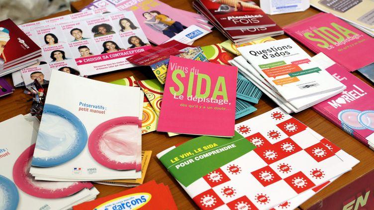 Des brochures d'information sur le VIH. (JULIO PELAEZ / MAXPPP)