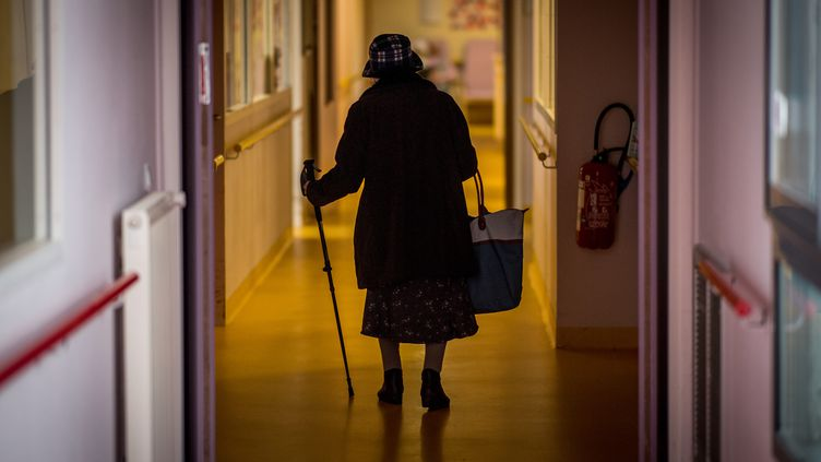Une résidente dans un Ehpad à Brest dans le Finistère, le 4 mars 2020 (photo d'illustration). (LOIC VENANCE / AFP)