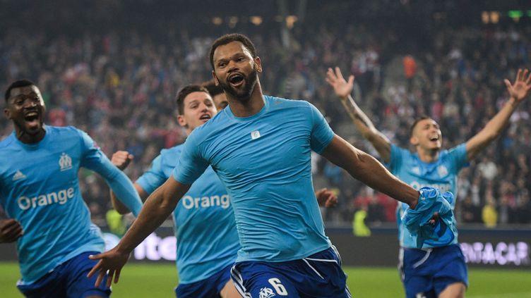 Le défenseur de l'Olympique de Marseille Rolando, célébrant son but face à Salzbourg, le 3 mai 2018. (VLADIMIR SIMICEK / AFP)