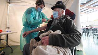 Un homme se fait vacciner, le 3 avril 2021 à Nogent-le-Rotrou (Eure-et-Loir). (JEAN-FRANCOIS MONIER / AFP)