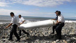 Le morceaud'avion trouvé sur le littoral de l'île de La Réunion, le 30 juillet 2015. (MAXPPP)