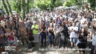 Un rassemblement de personnes contestant le discours dominant sur le Covid-19, début juin, dans le Vaucluse. (FRANCE 2)