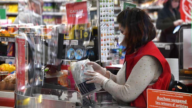 Une caissière dans un supermarché (illustration). (PASCAL GUYOT / AFP)