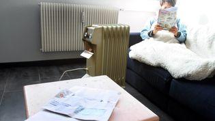 Une personne se chauffe avec un chauffage d'appoint. Image d'illustration. (MAXPPP)