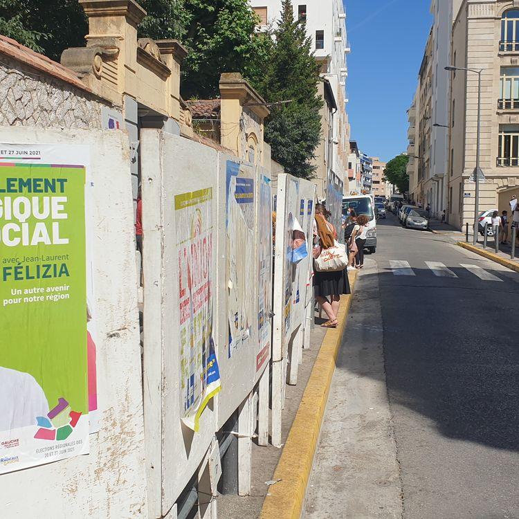 La rue Friedland, le 22 juin, dans le 6e arrondissement de Marseille (Bouches-du-Rhône) où Jean-Laurent Félizia (EELV), est arrivé en tête du premier tour des élections régionales. (CHARLES-EDOUARD AMA KOFFI / FRANCEINFO)