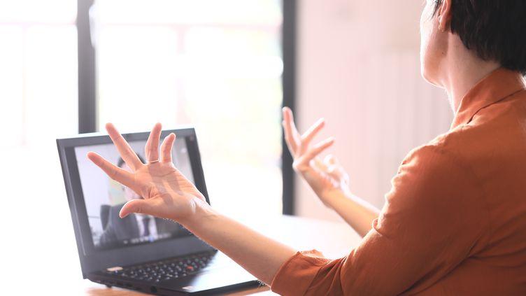 """""""Intrusifs"""" ou """"tranquilles, comme à la maison"""" : à quoi ressemblent les entretiens d'embauche en visioconférence ? (VALENTINE JOUBIN / RADIOFRANCE)"""
