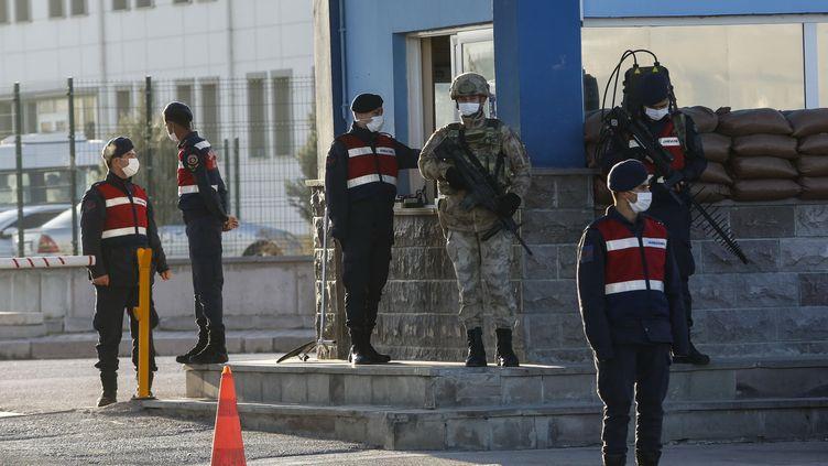Des soldats turcs devant la salle où se déroule le procès des acteurs du coup d'Etat manqué de l'été 2016, le 26 novembre 2020. (AFP)