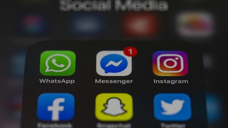 Les trois messageries WhatsApp, Messenger, Instagram ont été en panne, vendredi 19 mars. (MUHAMMED SELIM KORKUTATA / ANADOLU AGENCY / AFP)