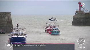Des pêcheurs français rentrant au port après une action dans les eaux de Jersey. (France 2)