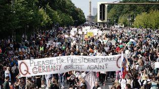 Des manifestants défilent à Berlin, la capitale fédérale allemande, le 29 août 2020, contre les mesures sanitaires prises pour tenter d'endiguer la pandémie de Covid-19. (MICHAEL KAPPELER / DPA / AFP)
