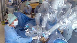 Deux chirurgiens du CHU de Toulouse ont pratiqué, en juillet 2015, une greffe de rein par voie vaginale et exclusivement par robot chirurgical. (CHU TOULOUSE / AFP)