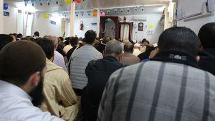 Des musulmans écoutent le prêche de l'imam dansla mosquée bondée de Mantes-la-Ville (Yvelines)le 25 septembre 2015. (BENOIT ZAGDOUN / FRANCETV INFO)