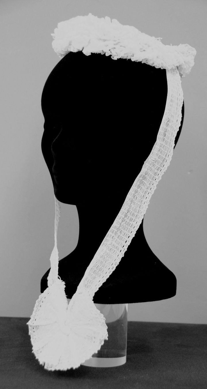 """Exposition """"Coiffes des bords de Rance"""" : Boule de neige de Dinan datant de 1930, présentée au Théâtre des Jacobins à Dinan, avril 2017  (Coll. Ville de Dinan - Musée de Dinan. @services des musées de Dinan)"""