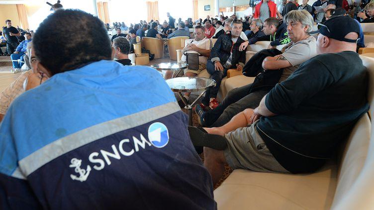 Des employés de la SNCM participent à une assemblée générale, le 10 juillet 2014, à Marseille (Bouches-du-Rhône). (BORIS HORVAT / AFP)