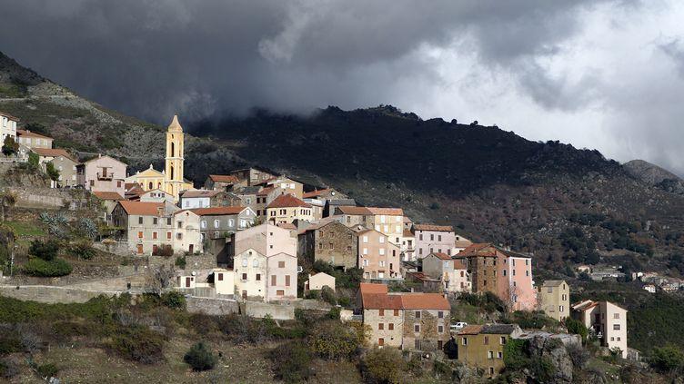 Un village en Corse, avant l'orage (illustration). (PASCAL POCHARD-CASABIANCA / AFP)