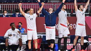 La joie des Bleus après la victoire de l'équipe de France de handball en demi-finale contre l'Egypte, le 5 août 2021. (FABRICE COFFRINI / AFP)