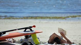 Vacancière sur la plage de Lomener (Morbihan), le 23 septembre 2013. (MAXPPP)