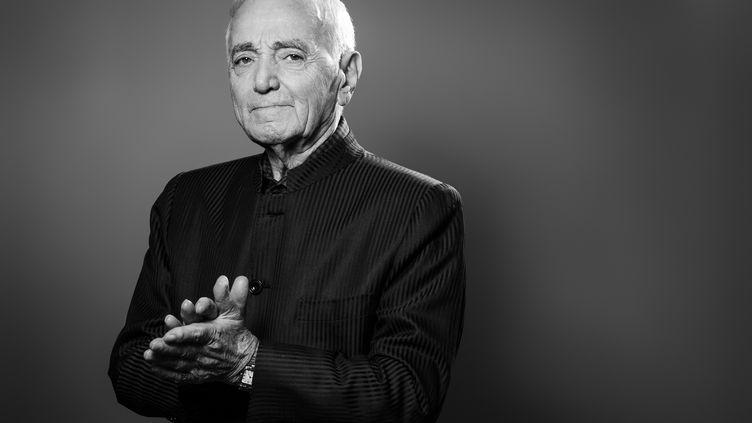 Le chanteur Charles Aznavour, le 16 novembre 2017, lors d'une séance photos à Paris. (JOEL SAGET / AFP)