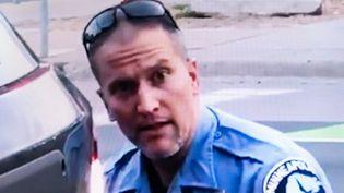 Le policier Derek Chauvin sur une capture d'écran d'une vidéo montrant l'arrestation et la mort de George Floyd, le 25 mai 2020 à Minneapolis (Minnesota, Etats-Unis). (RICCARDO MILANI / HANS LUCAS)