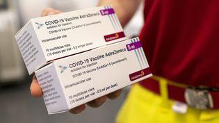 Deux boîtes du vaccin d'AstraZeneca, le 2 avril 2021, à Vienne (Autriche). (JOE KLAMAR / AFP)