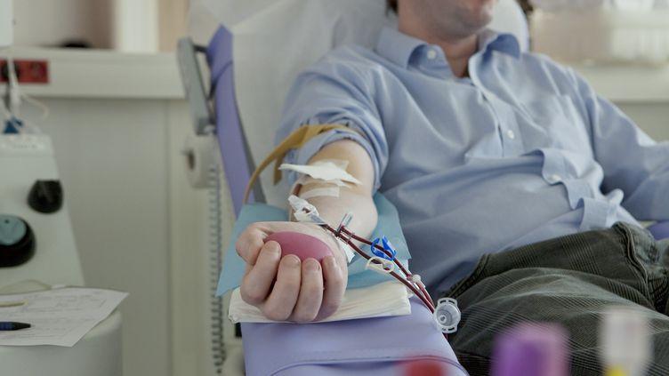 Un homme donne son sang à l'EFS de l'hôpital Saint Louis, à Paris, en 2006. (B. BOISSONNET / BSIP / AFP)