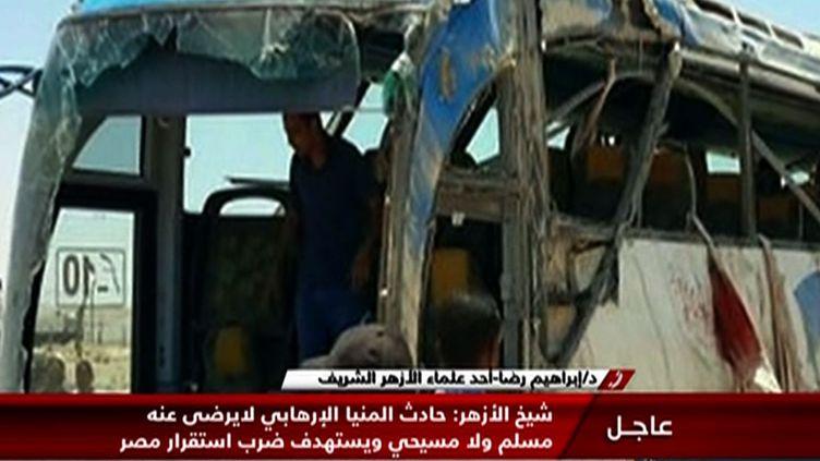 Une image filmée par la télévision d'Etat égyptienne montre la carcasse d'un bus qui transportait des chrétiens coptes, attaqué par des hommes armés, le 26 mai 2017 dans la province de Minya, en Egypte. (TV GRAB / NILE NEWS / AFP)