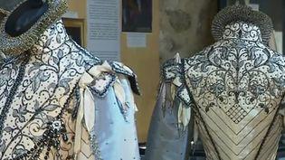 Au Puy-en-Velay (Haute-Loire), une exposition propose de découvrir la finesse de la dentelle des costumes de la cour au XVIIe siècle. (France 3)