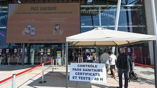Les spectateursfont la queue pourprésenter leur pass sanitaire à l'entrée d'un mulitplexe Gaumontà Montpellier, le 29 juillet 2021. (PASCAL GUYOT / AFP)