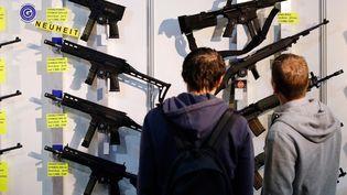 Des visiteurs photographiés lors de la Bourse aux armes internationale de Lucerne (Suisse), en mars 2019. (STEFAN WERMUTH / AFP)