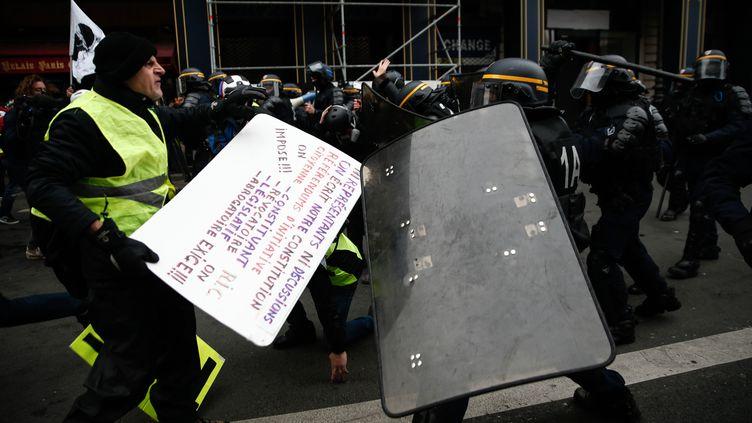 """Des """"gilets jaunes"""" affrontent des policers en marge d'une manifestation à Paris, le 15 décembre 2018. (ABDUL ABEISSA / AFP)"""