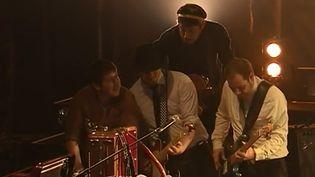 Le groupe les Cowboys Fringants s'est fait connaître sans publicité, ni télévision, ni radio. Ces Québécois font aujourd'hui partie des groupes de rock appréciés par les Français, et ils sont en concert à l'Olympia. (France 3)