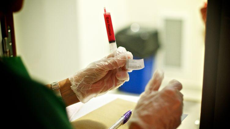 Prélèvement du liquide folliculaire contenant des ovocytes en vue d'une fécondation in vitro (FIV), au service de Chirurgie Gynécologique de l'hôpital Antoine-Béclère (Hauts-de-Seine). (L. SOUCI / BSIP / AFP)