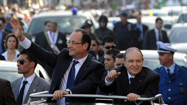 L'arrivée deFrançois Hollande en Algérie, accueilli parle président algérien Abdelaziz Bouteflika, le 19 décembre 2012. (FAROUK BATICHE / AFP)
