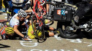 L'Australien Richie Porte, le Néerlandais Bauke Mollema et le Britannique Christopher Froome sont tombés à terre lors de l'ascension du mont Ventoux, le 14 juillet 2016. (BERNARD PAPON / POOL / AFP)