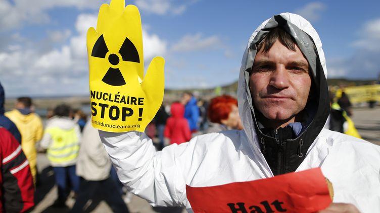 Les manifestants sont passés par laplaque commémorative dédiée à la catastrophe de Fukushima avant de se diriger vers l'EPR de Flamanville en construction. (CHARLY TRIBALLEAU / AFP)