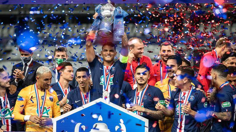 Le capitaine du PSG Thiago Silva soulève la 13e Coupe de France remportée par le club après la victoire 1-0 face à Saint-Etienne (AURELIEN MORISSARD / MAXPPP)