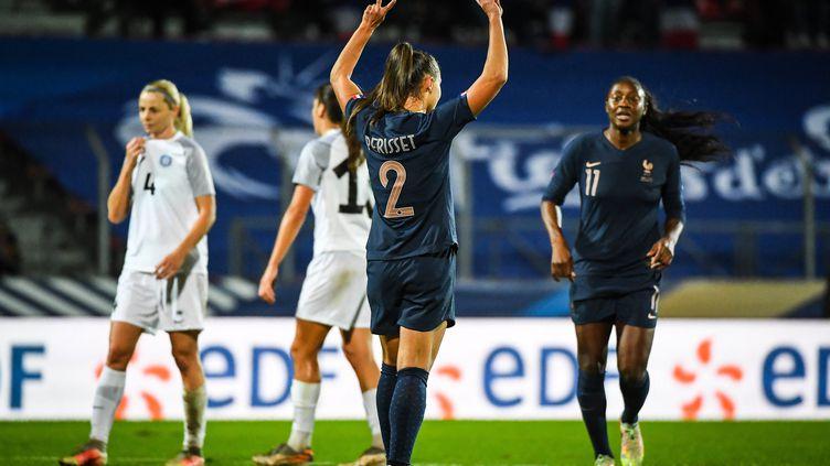 Eve Perisset célèbre son penalty contre l'Estonie, à Créteil, le 22 octobre 2021. (MATTHIEU MIRVILLE / AFP)