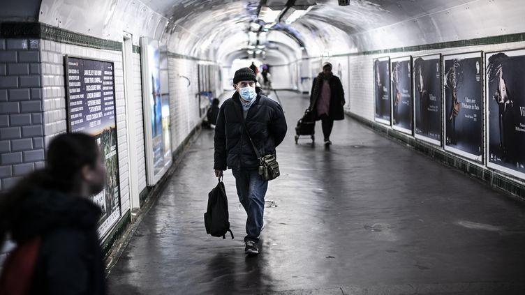 Dans les couloirs du métro parisien, le 13 mars 2020. (YANN CASTANIER / HANS LUCAS / AFP)