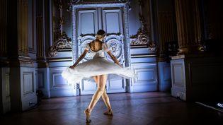 """Une danseuse du Ballet de l'Opéra de Paris danse au Musée d'Orsay (Paris) pour l'exposition """"Degas à l'Opéra"""", le 9 octobre 2019. (MARTIN BUREAU / AFP)"""