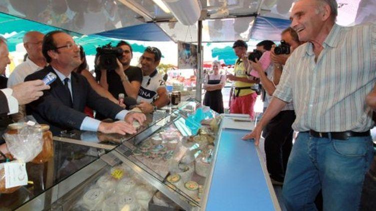 François Hollande sur un marché d'Ajaccio, le 16 septembre 2011. (PASCAL POCHARD CASABIANCA / AFP)